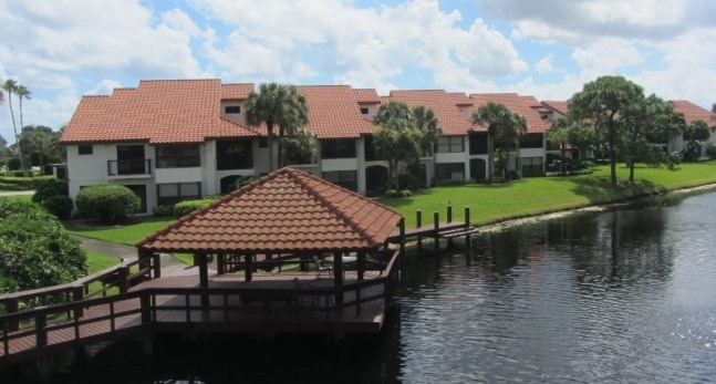 Traders Crossing at Jonathan's Landing in Jupiter, Florida offers luxury, water front town homes for sale and seasonal rentals.