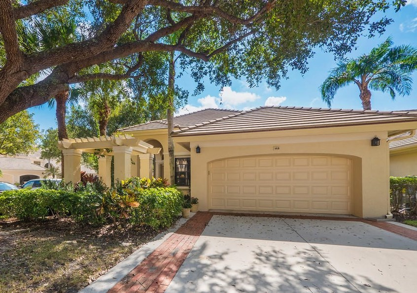 This Jonathan's Landing Jupiter, Florida golf villa sold for $440,000 in May of 2016. Mark Meckly of Preferred Residential Properties acted as the buyer's agent.